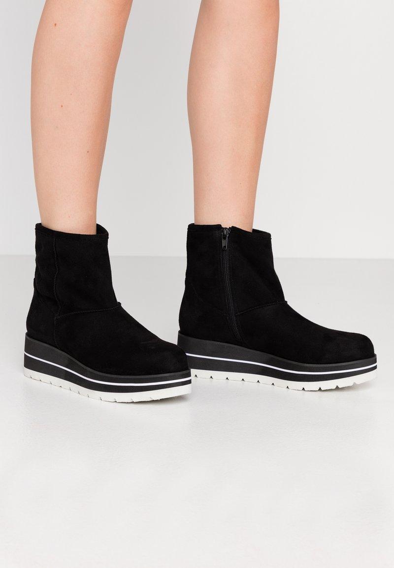 Bullboxer - Kotníkové boty na klínu - black