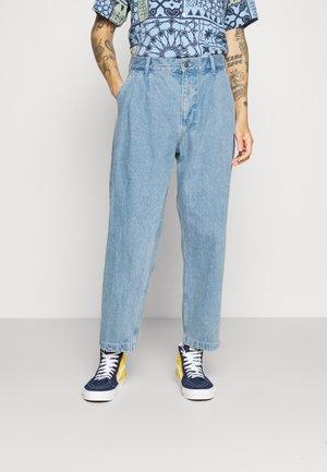 FUBAR PLEATED BULL - Jeans Straight Leg - light indigo
