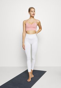 Nike Performance - INDY SEAMLESS BRA - Sport BH - rust pink/white - 1