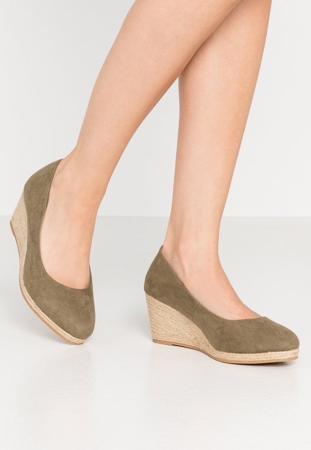 WIDE FIT CLOSED TOE WEDGE - Cuñas - khaki