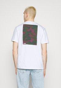 WAWWA - CLOUD CAMO UNISEX  - Print T-shirt - white - 2