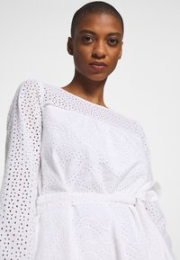 GAP - EYELET DRESS - Sukienka letnia - optic white - 4