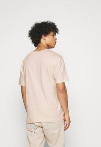 adidas Originals - BADGE UNISEX - Basic T-shirt - halo ivory - 2