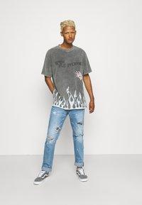 The Couture Club - TRUST THE PROCESS DISTRESSED FLAME PRINT - T-shirt imprimé - black enzyme wash - 1