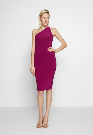 ONE SHOULDER RUCHED BUM MIDI DRESS - Vestido de cóctel - berry