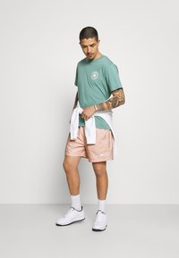 Nike Sportswear - FLOW GRID - Shortsit - crimson bliss/white - 1
