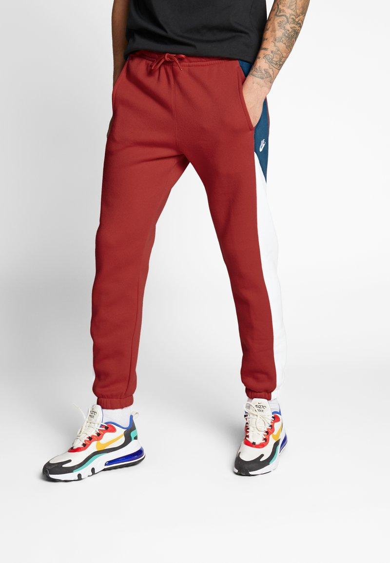 Nike Sportswear - Spodnie treningowe - university red/white