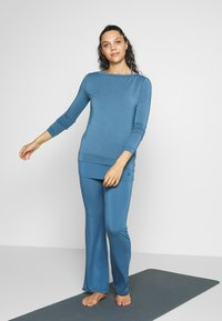 Curare Yogawear - Topper langermet - horizon blue - 1