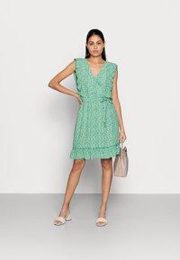 Esqualo - DRESS RUFFLES FIELD FLOWER - Hverdagskjoler - green - 1