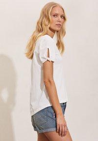 Odd Molly - KALEI - Print T-shirt - light chalk - 2