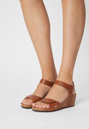 Sandály na klínu - cognac