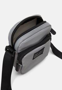 Lindex - BAG CROSSBODY REFLECTIVE - Taška spříčným popruhem - silver - 2