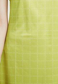 HOSBJERG - NORA LOGO DRESS - Žerzejové šaty - lime green - 4