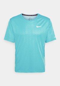 Nike Performance - MILER EMBOSS - T-shirt con stampa - chlorine blue/silver - 5