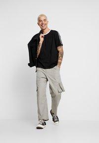 Calvin Klein Jeans - MONOGRAM TAPE TEE - T-shirt imprimé - black beauty/white tape - 1
