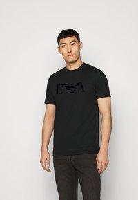 Emporio Armani - T-shirt con stampa - black - 0