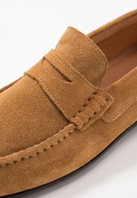 Selected Homme - SLHSERGIO PENNY DRIVE SHOE - Moccasins - sand - 5