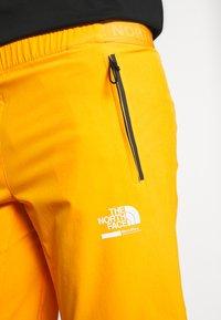 The North Face - MENS GLACIER SHORT - Pantalones montañeros cortos - flame orange - 5