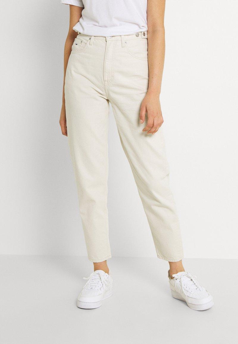 Tommy Jeans - MOM - Jeans fuselé - ecru