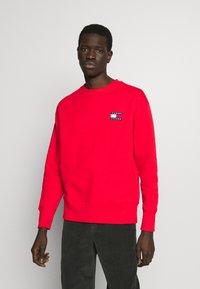 Tommy Jeans - BADGE CREW UNISEX - Sweatshirt - deep crimson - 0