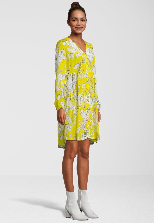 KAKADU - Korte jurk - yellow
