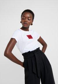 HUGO - DENNJA - T-shirt imprimé - white - 3