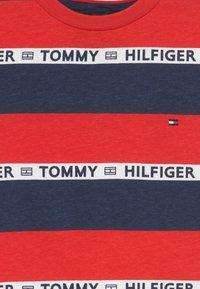 Tommy Hilfiger - BOYS STRIPE TAPE - Camiseta estampada - red - 3