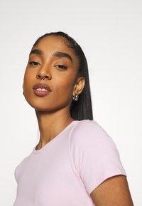 Hollister Co. - TEE CHAIN - Print T-shirt - light pink - 3