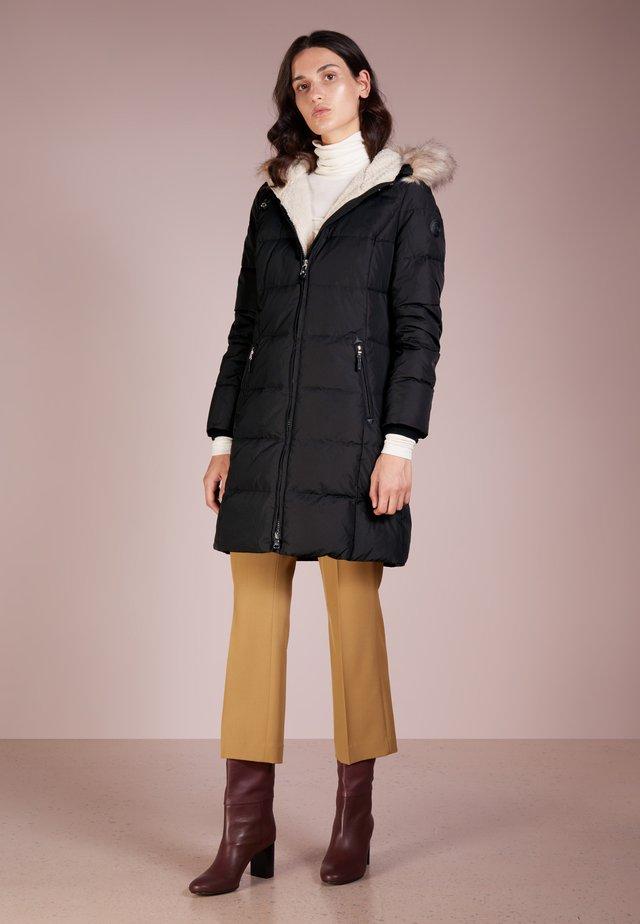 HAND TRIM  - Kabát zprachového peří - black