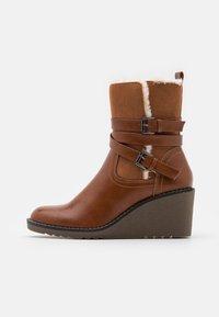Wallis - AMANDA - Wedge Ankle Boots - cognac - 1