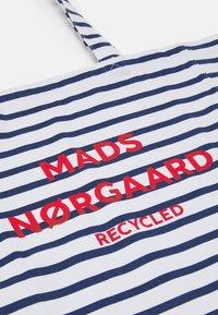 Mads Nørgaard - PRINT BOUTIQUE ATHENE - Shoppingväska - off white/navy - 4