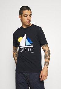 Newport Bay Sailing Club - SAIL - T-shirt con stampa - navy - 0