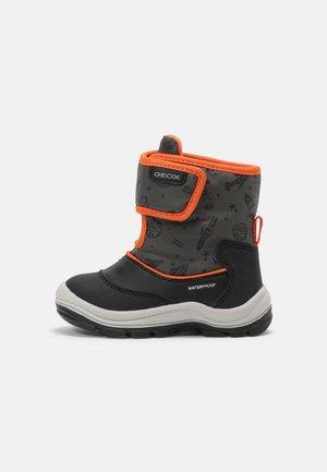 FLANFIL BOY - Bottes de neige - black/fluo orange