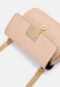 PARFOIS - CROSSBODY BAG QUARTZO - Across body bag - beige - 3