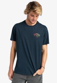Billabong - Print T-shirt - navy - 0