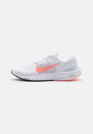 AIR ZOOM VOMERO 15 - Neutral running shoes - white/crimson pulse/crimson tint/black