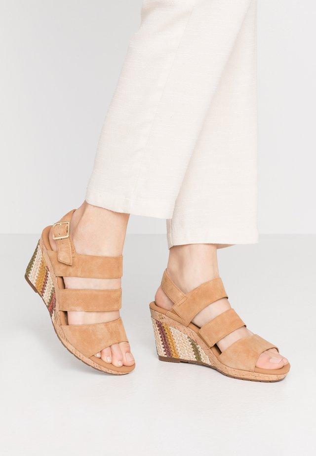 Sandalen met plateauzool - sattel
