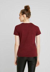 Hollister Co. - INCREMENTAL TECH CORE - Print T-shirt - zinfandel - 2