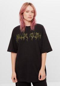 Bershka - MIT STRASS BILLIE EILISH X - Print T-shirt - black - 0