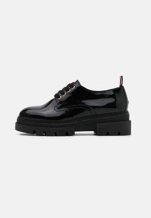 RUGGED CLASSIC SHOE - Šněrovací boty - black