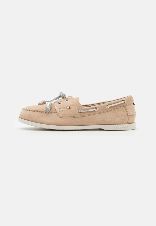 ESSENTIAL BOAT SHOE - Bootsschuh - clayed pebble