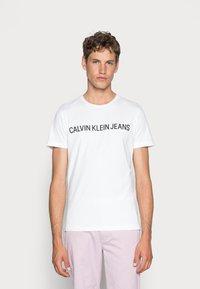 Calvin Klein Jeans - CORE INSTITUTIONAL LOGO TEE - Printtipaita - bright white - 0