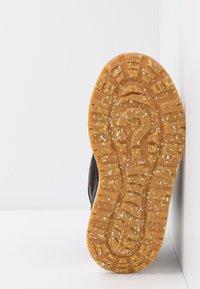 Woden - MALIK MIDCUT WATERPROOF - Stivali da neve  - brown/grey - 5
