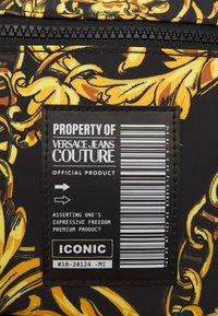 Versace Jeans Couture - RANGE LOGO TYPE UNISEX - Marsupio - nero/oro - 3