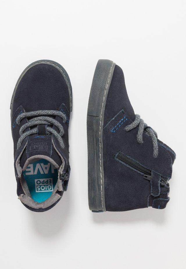 Zapatos con cordones - marino