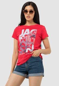Jack Wolfskin - NAVIGATION - Print T-shirt - tulip red - 0