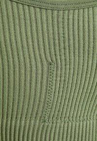 South Beach - SEAMLESS HIGH NECK MUSCLE BACK TANK - Light support sports bra - light green - 2