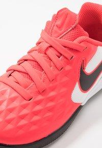Nike Performance - TIEMPO JR LEGEND 8 ACADEMY IC UNISEX - Indoor football boots - laser crimson/black/white - 2