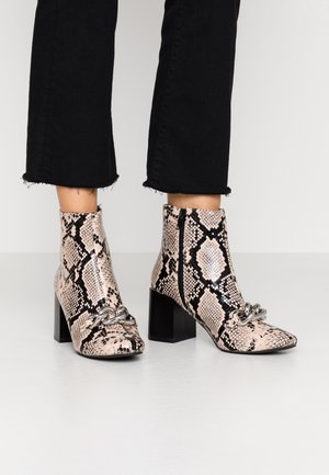 BAIN CHAIN - Classic ankle boots - natural