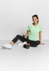ONLY Play - ONPPERFORMANCE TRAINING LOOSE - Basic T-shirt - green ash/black - 1